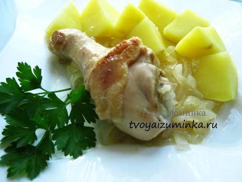 Курица в луковом соусе в тарелке