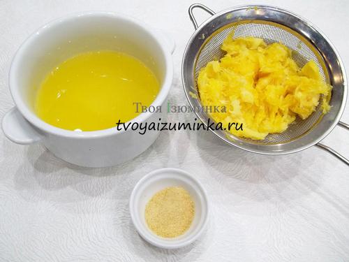 Процеживание апельсинового сиропа через сито
