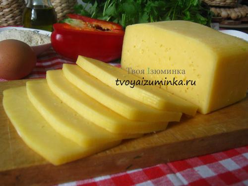 Нарезанный крупными кусками сыр