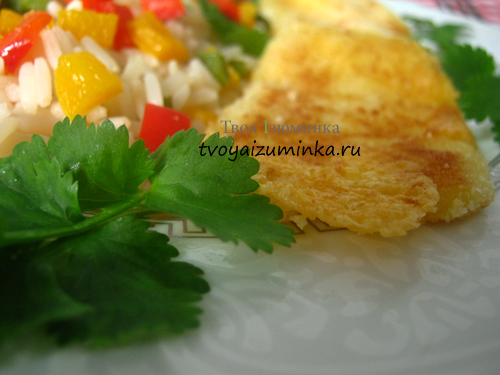 Шницель из сыра с овощами и рисом