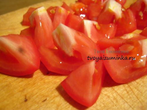Нарезанные дольками помидоры