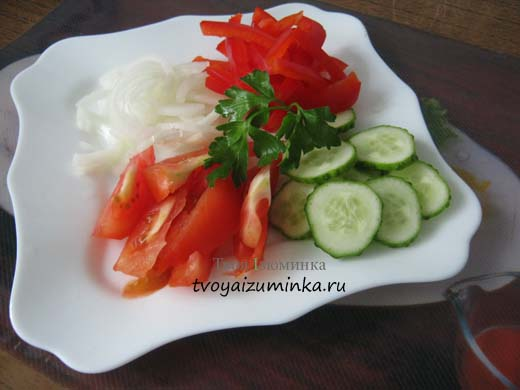 Салат из сладкого перца с помидорами и огурцами
