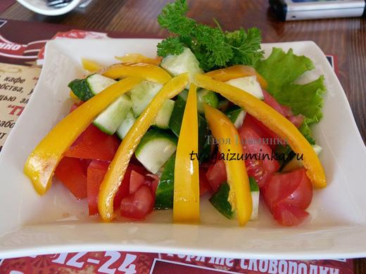 Салат из сладкого перца с овощами