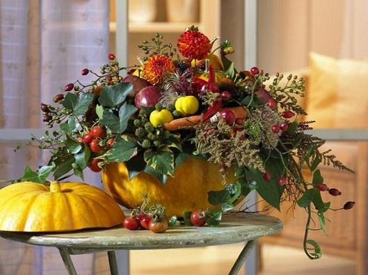 Осенняя композиция из плодов и цветов