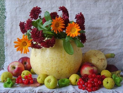 Тыква с цветами в осенней композиции