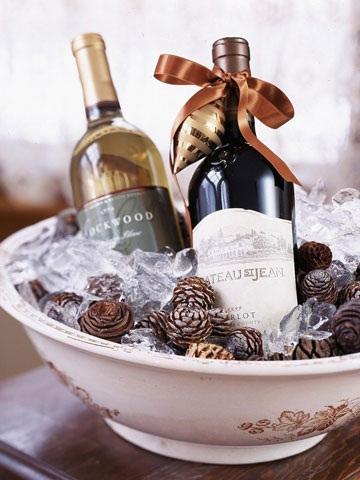 Бутылки шампанского вина, украшенные ольховыми шишкам