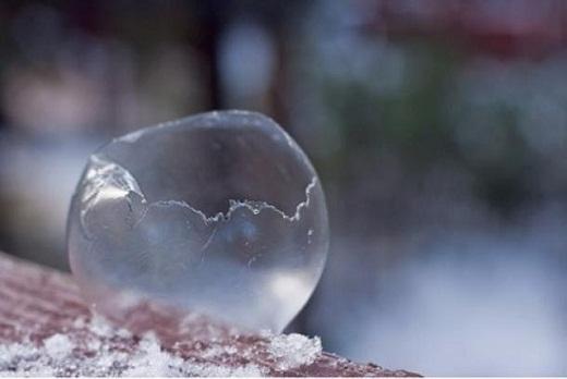 Лопнувший мыльный пузырь на морозе