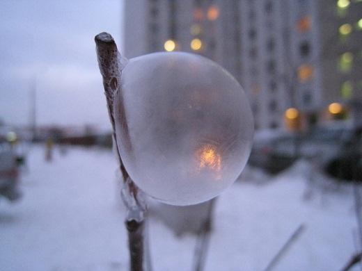 Мыльные пузыри во дворе на морозе