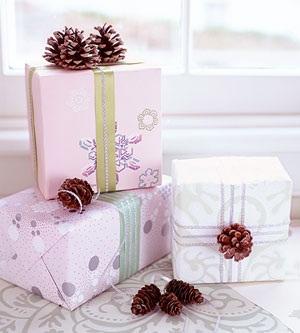 Оформление подарков с помощью шишек