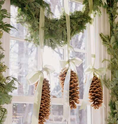 Украшение окна шишками в гостинной