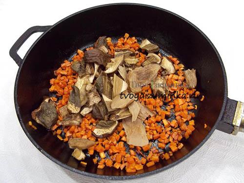 Обжаривание моркови и грибов