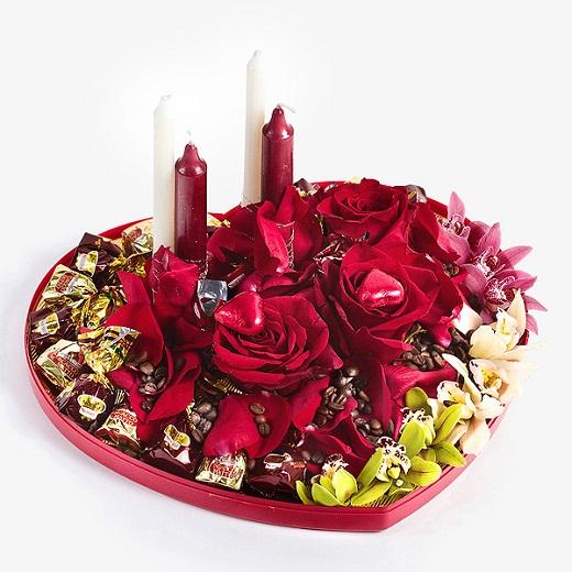 Цветочно-конфетная композиция с красными розами