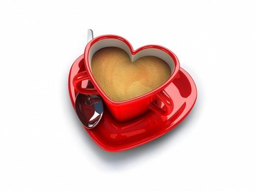 Красная чашка в виде сердечка