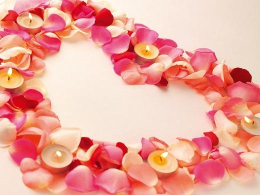 Большое сердечко из лепестков роз с плавающими свечами