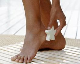 Домашний уход за ногами - очищение огрубевшей кожи пемзой