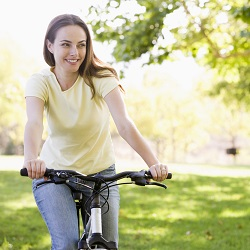 Для женщин, имеющих слишком худые икры ног, показано катание на велосипеде
