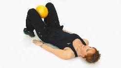 ...а мяч поместите между стопами ног, и сдавливайте ими его.
