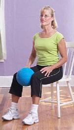 Сядьте на стул и сожмите мяч между коленей так сильно, как сможете - сосчитайте до 5 и затем расслабьте ноги.