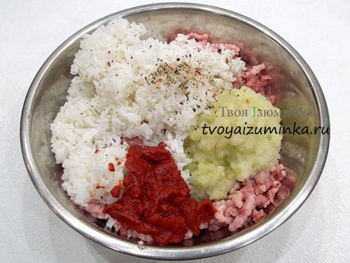 Добавление томатной пасты и специй