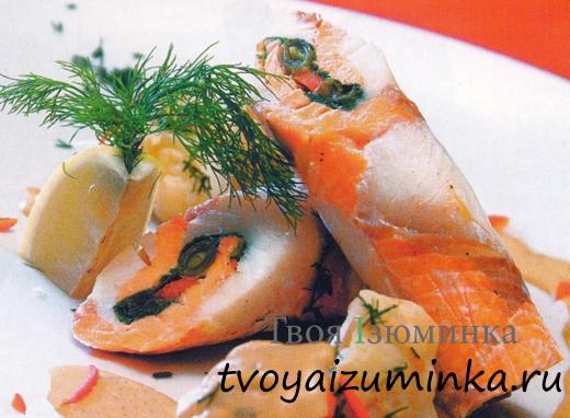 Красиво выложите на блюдо, полейте соусом и украсьте долькой лимона, зеленью укропа и кусочками болгарского перца.
