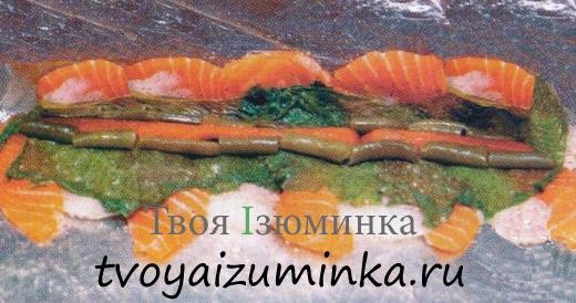 В центре по всей длине рыбного прямоугольника разложите порезанные соломкой кусочки болгарского перца.