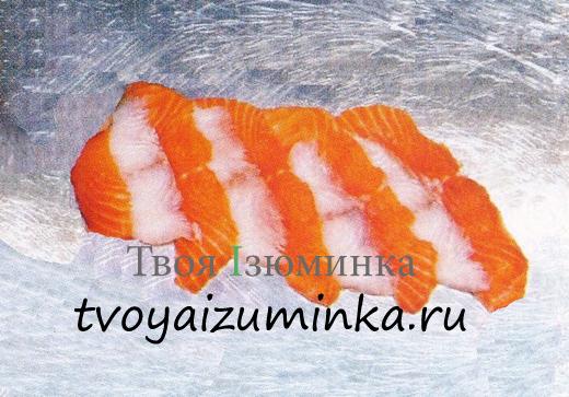 выложите их на пищевую пленку таким образом, чтобы ломтики красной и белой рыбы чередовались.
