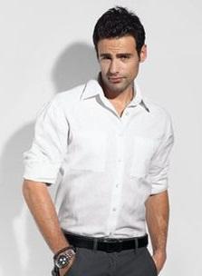 Темные брюки и белая рубашка