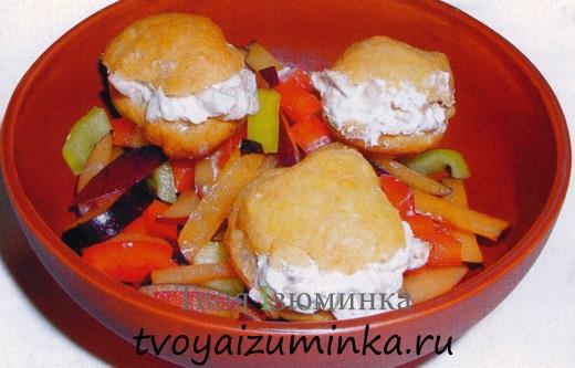 Домашние заварные булочки с салатом.
