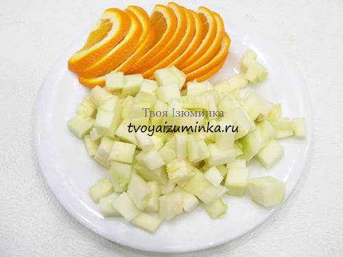 Нарезанные кабачок и апельсин