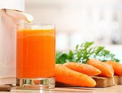 Свежевыжатый морковный сок.