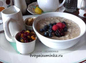 Полезный завтрак для школьника. Овсяная каша с фруктами.