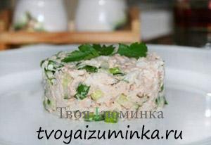 Полезный завтрак для школьника. Салат из копченой рыбы и риса.