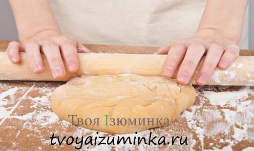 Рецепт домашней куриной лапши. Раскатывание теста.