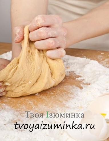 Рецепт домашней куриной лапши. Вымешивание теста руками.
