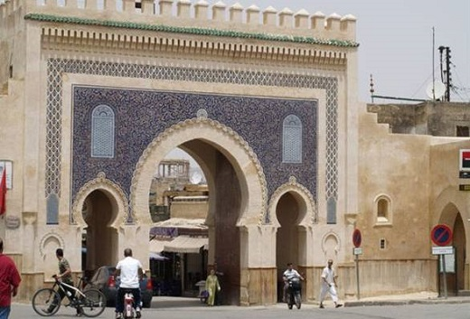 Туры в Фес, Марокко. Ворота Баб-Бу-Джелуд, выполненные в бело-голубом цвете.