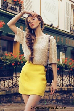Составляем ансамбли с жёлтой юбкой. Короткая юбка А-образного кроя.