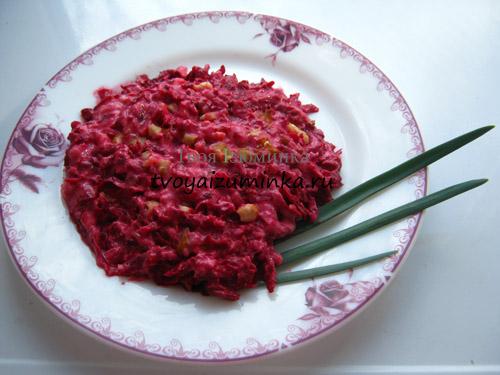 Салат из красной сырой свеклы и банана
