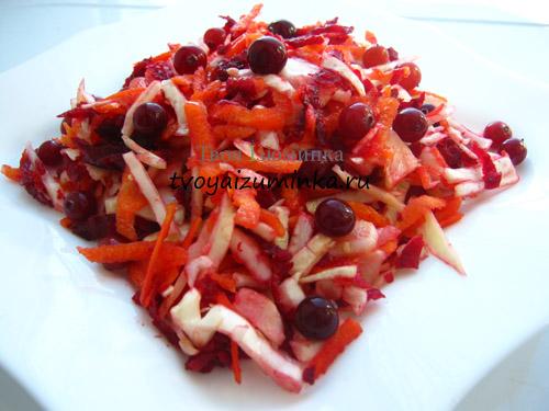 Салат из свежей моркови свеклы, и капусты