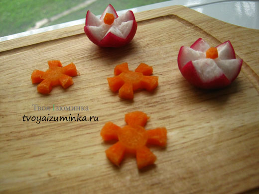 Розы из редиса и ромашки из моркови.