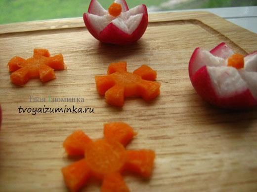 Украшение для праздничного стола - розы из редиса и ромашки из моркови.