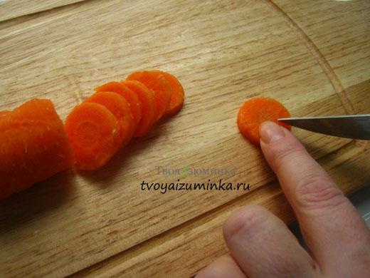 Нарезаем лепестки у будущих ромашек из моркови.