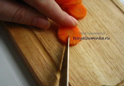 Нарезаем острым ножом лепестки.
