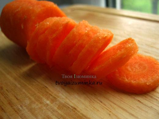 Морковь нарезаем кружочками.