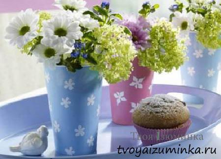 Садовые цветы в вазочках.
