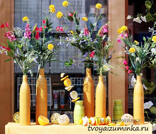 Цветы в желтых вазах.