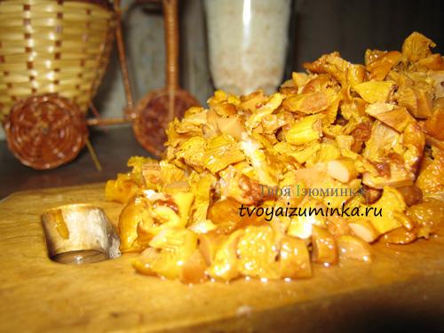 Мелко порубленные грибы лисички
