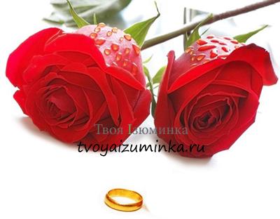 Обручальное кольцо и букет роз на день святого Валентина