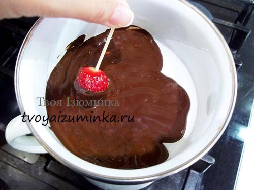 Клубника, опущенная в горячий шоколад