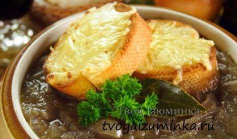 Луковый суп на тарелке