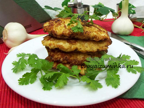 Котлетки из рубленной куриной грудки с картофелем и майонезом в тарелке